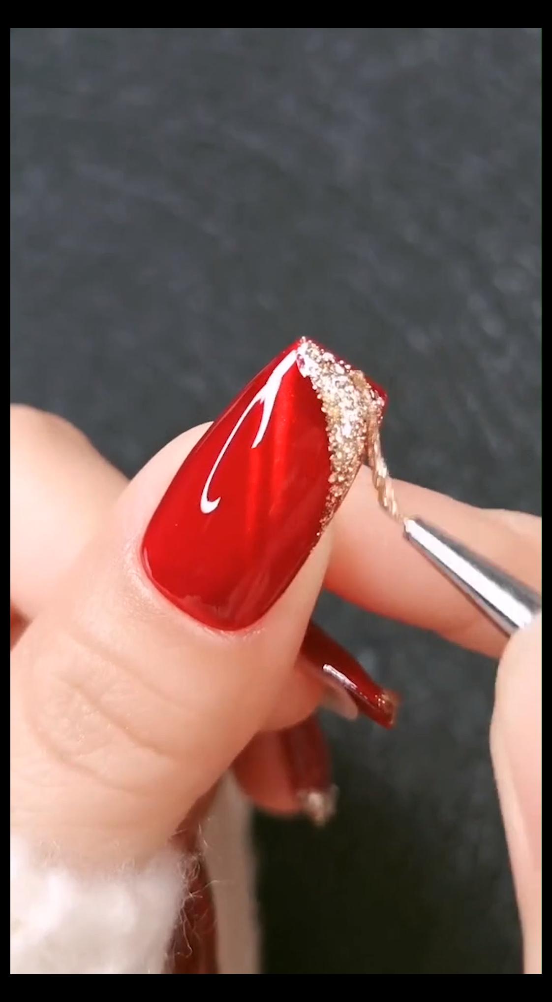 red nails glitter