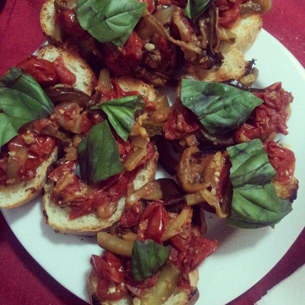 Bruschette con pomodorini, zucchine, melanzane e basilico. ..