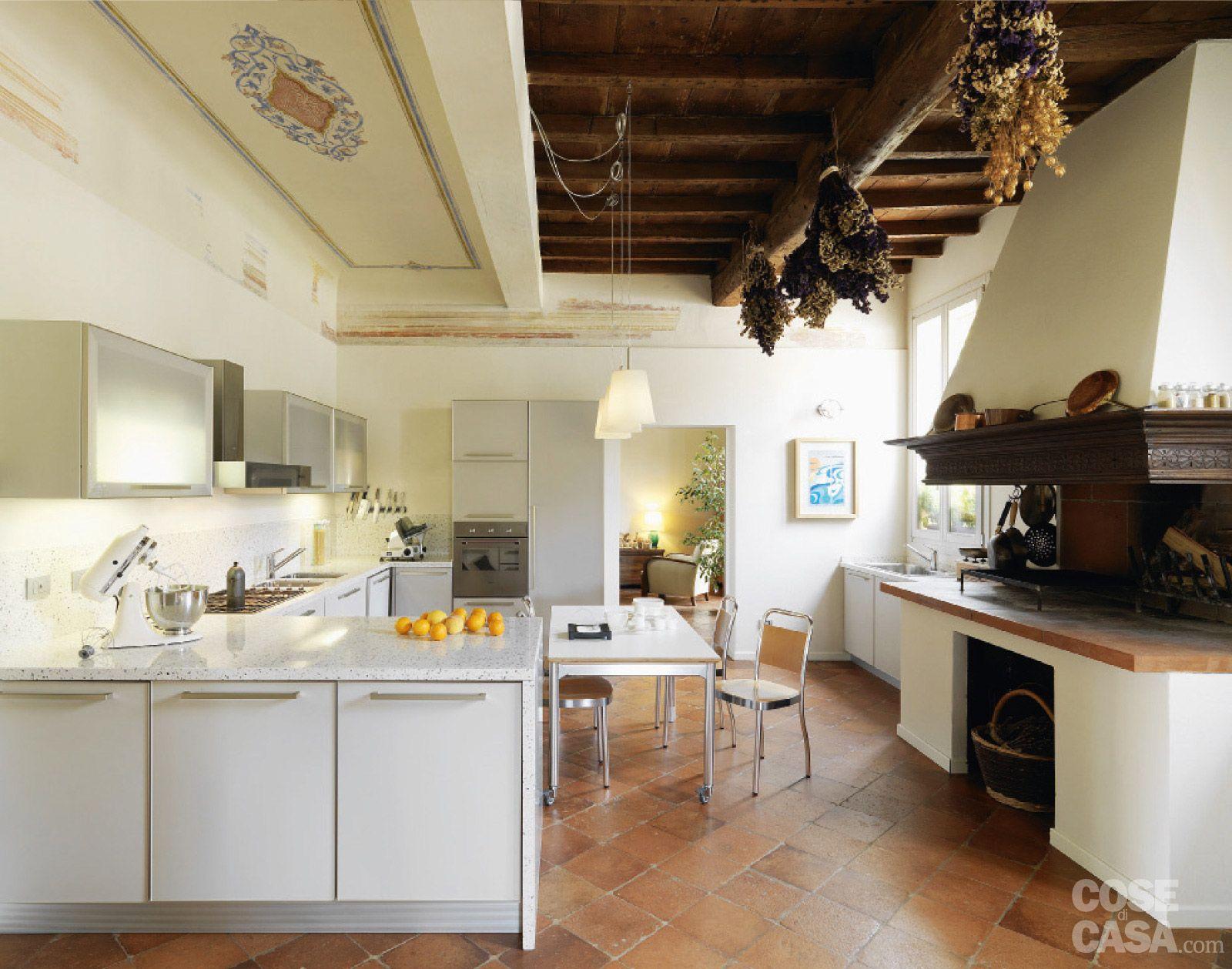 Casa classica con finiture e mobili d 39 epoca kitchens for Arredamento d epoca