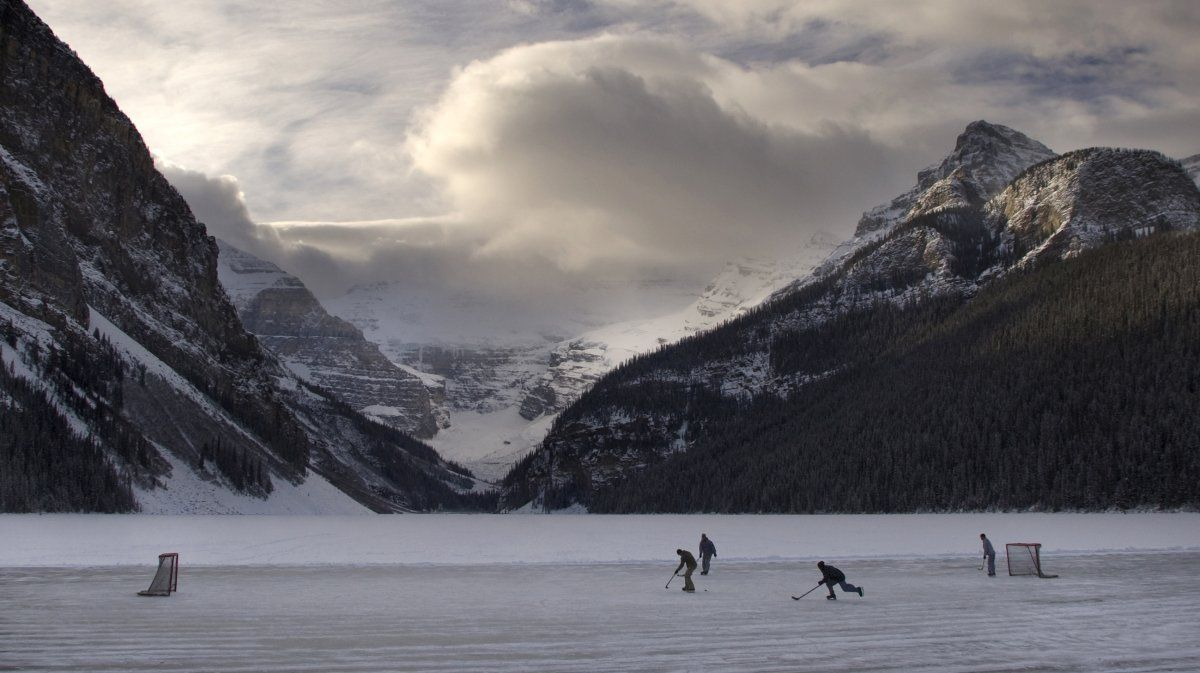 15 Spectacular Photos Of Pond Hockey Being Played In Freezing Weather Pond Freezing Weather Outdoor Rink