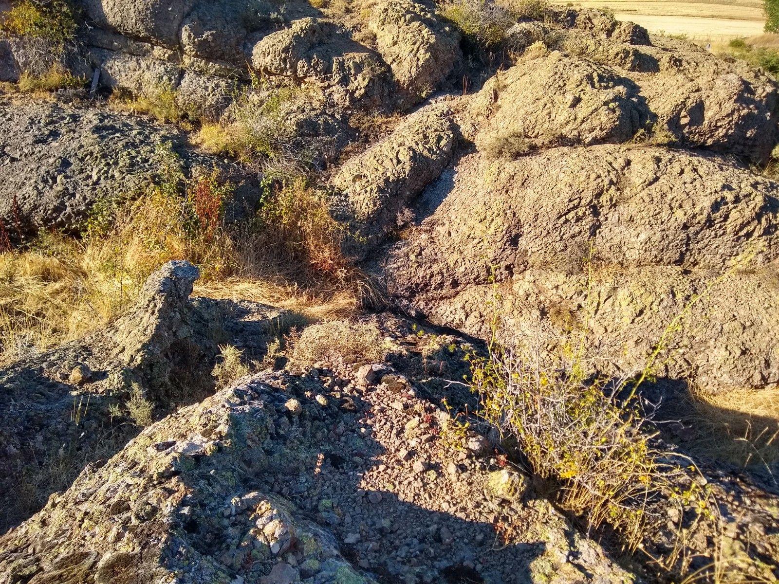 De cerca, la roca volcánica nos muestra cómo salió de la tierra. Su tacto es duro, áspero. A diferencia de otras rocas volcánicas, ésta pesa