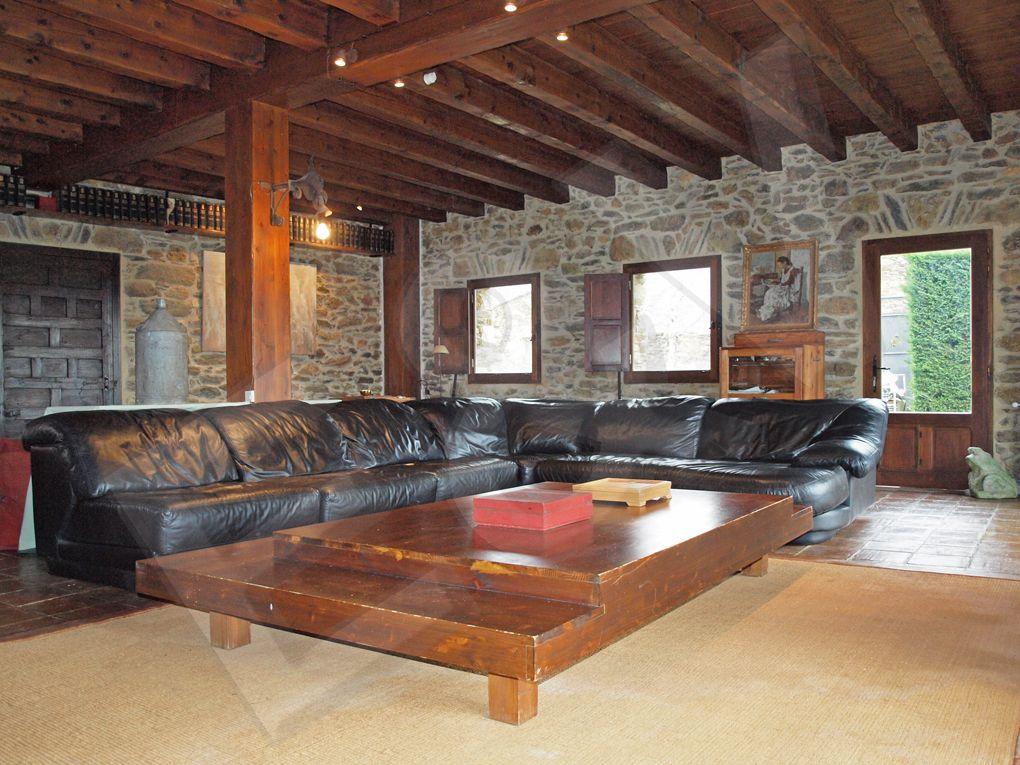 Paredes de piedra techos de madera acabados r sticos en - Salones de piedra ...
