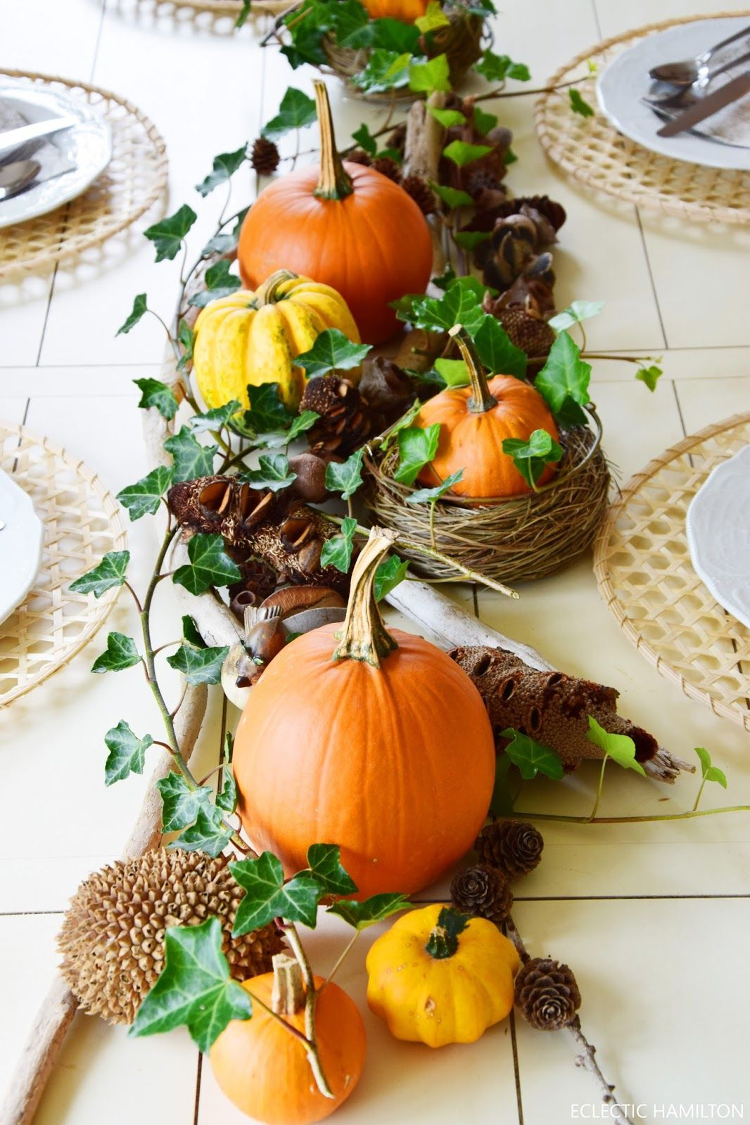 Tischdeko für den Herbst mit Kürbissen: herbstlich natürlich und schön! Efeu, Kürbisund Naturmaterialien #herbstlichetischdeko