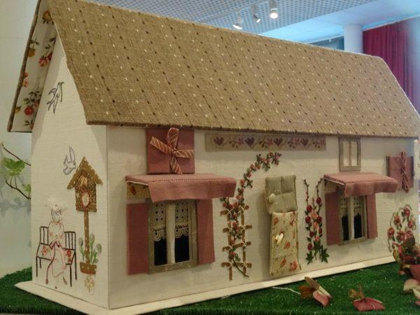 La Suite De L Expo Yvelines Point De Croix Carton Et Chiffons Maison En Feutrine Cartonnage Boite A Couture