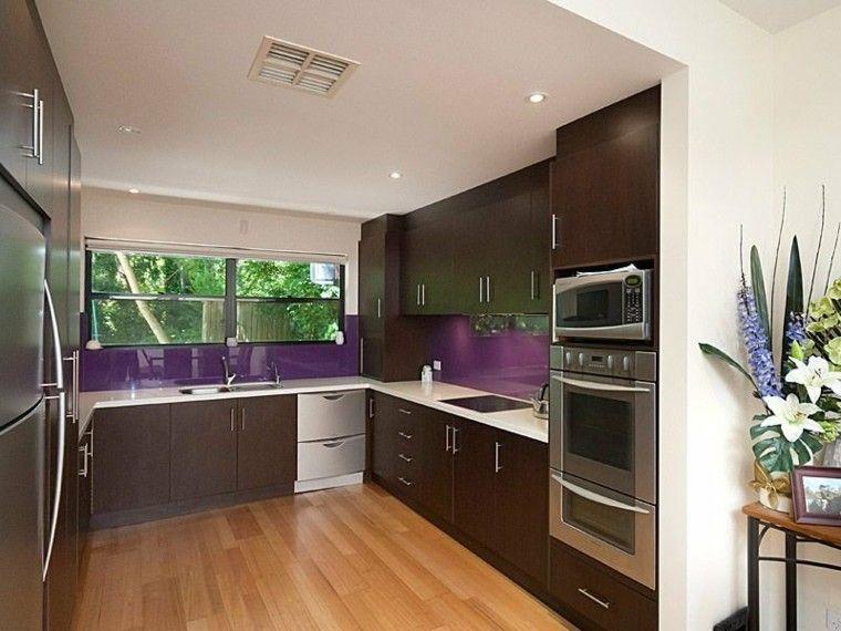 estupenda cocina con salpicadero violeta