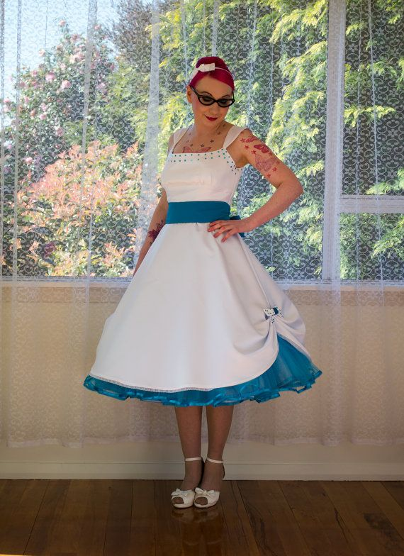 """1950er Jahre Pin-up-Brautkleid """"Mindy"""" Tee Länge Stil Peacock Blue Schleife, Petticoat & Schärpe – Jede Farbe – Maßgeschneidert"""