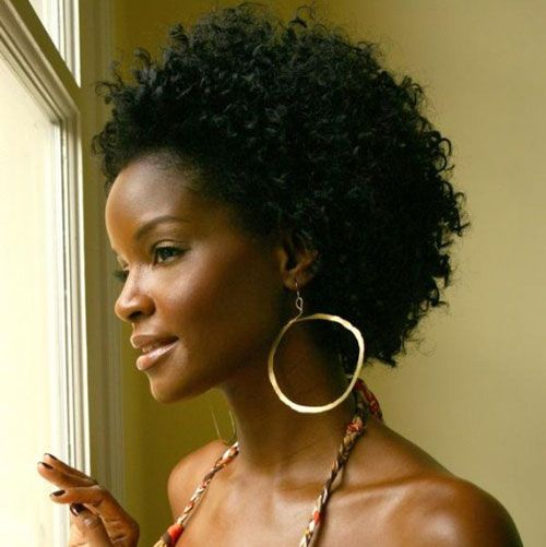 Coiffure afro pour peau noire