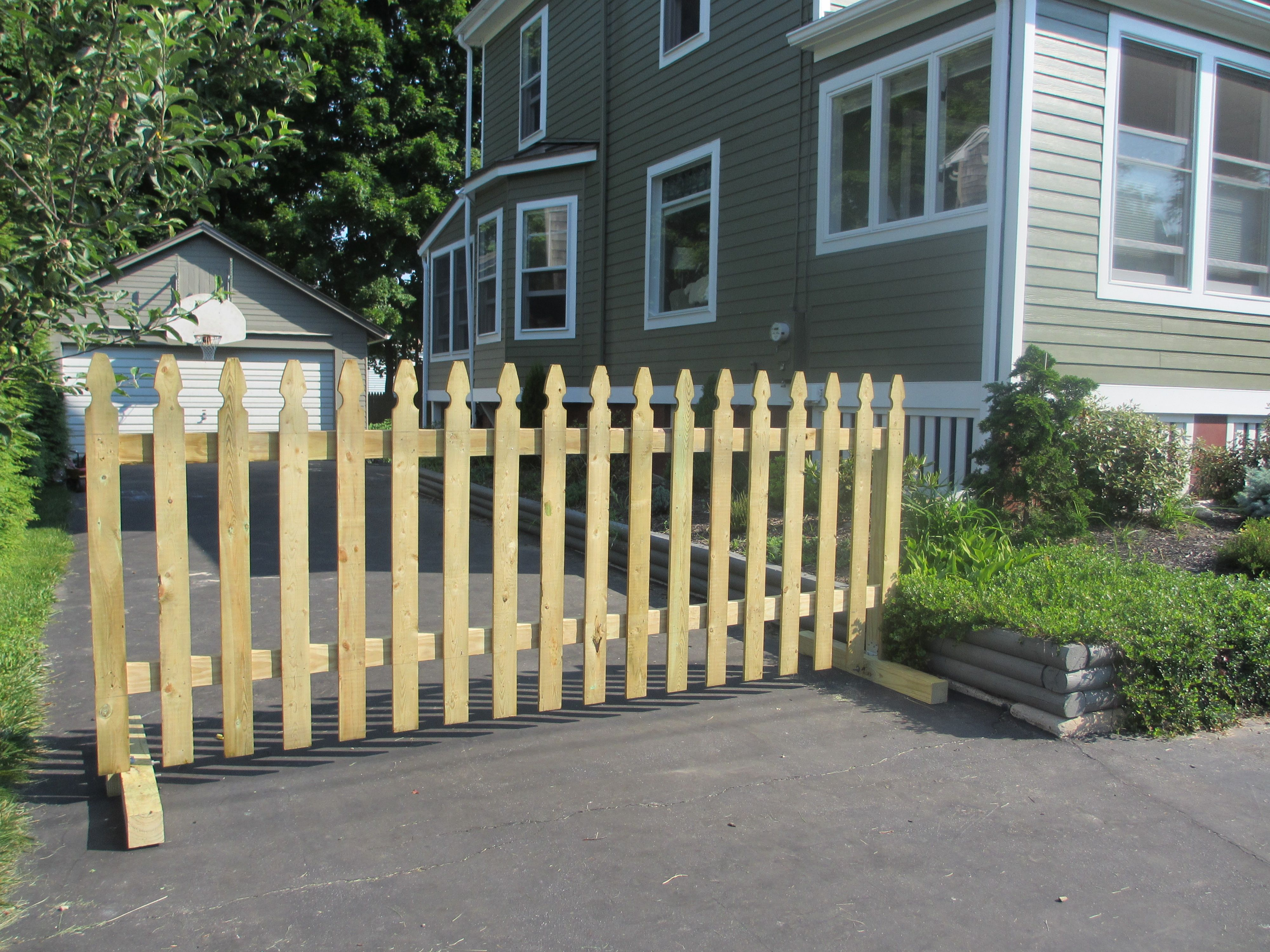 13 Diy Dog Gate Ideas: Sturdy Gate At The End Of Your Driveway Keeps Your Kids In
