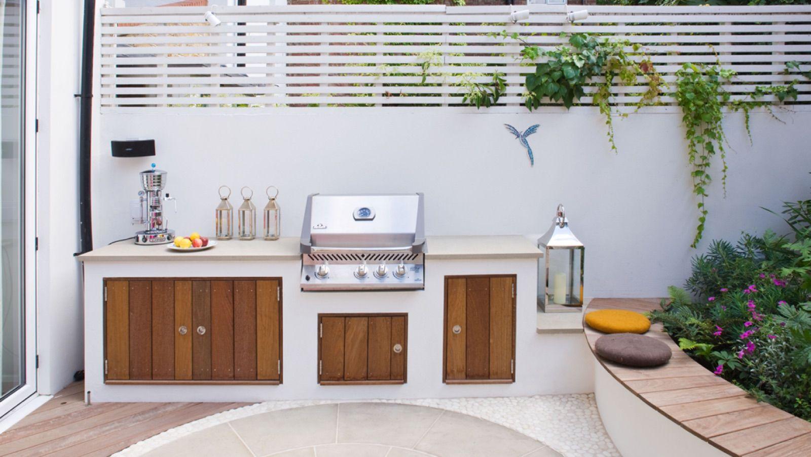 【コンパクトなスペースに全部入り】ペールトーンとカラフルな色使いのコントラストが素敵な地中海風の庭 | 住宅デザイン