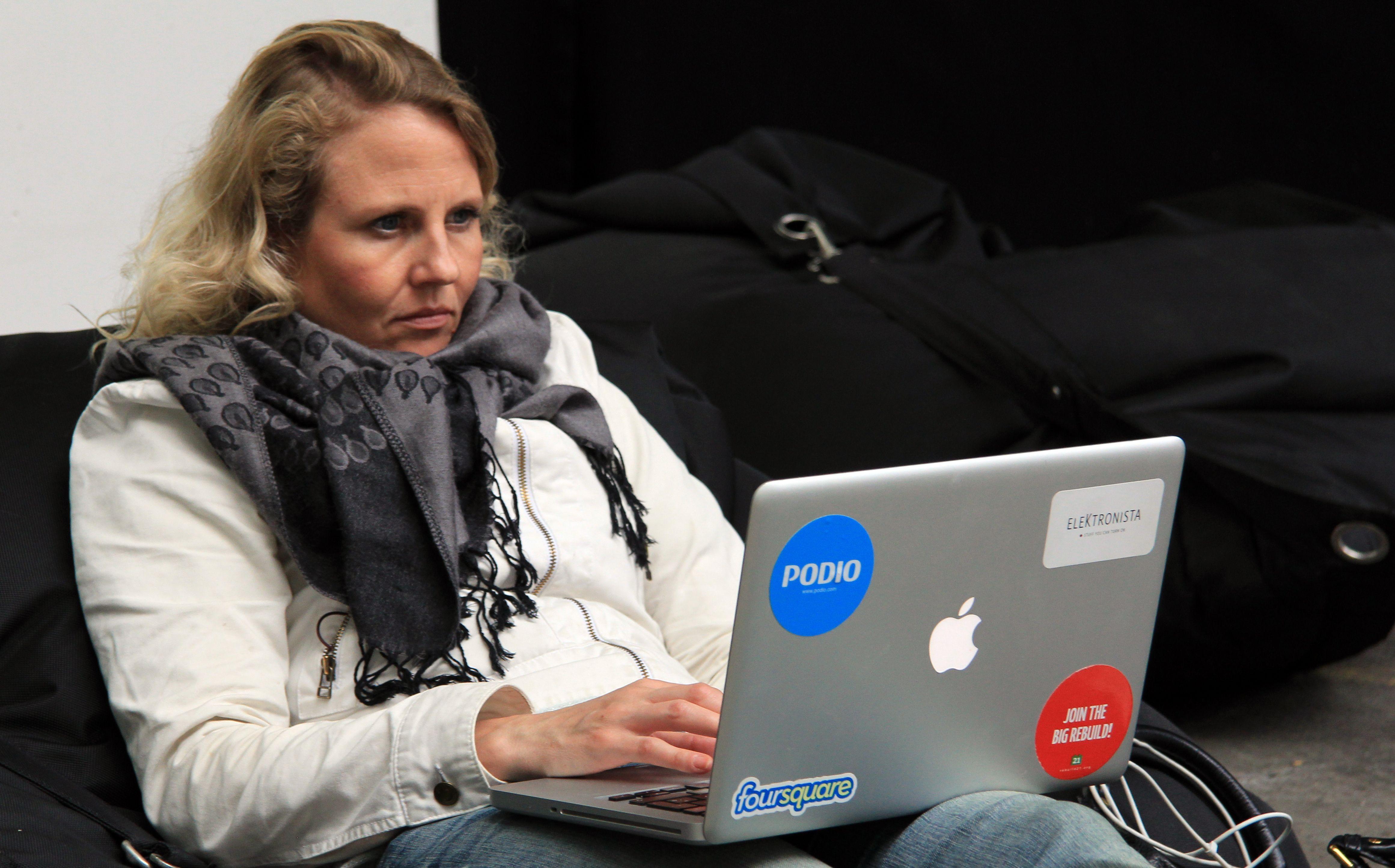 Elektronista-redaktør Christiane Vejløe tilbagelænet og dog koncentreret ved Rebuild21 Konferencen. (Foto: Ernst Poulsen)