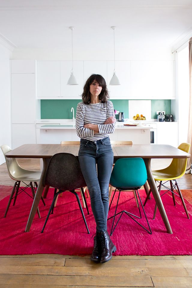 Le Turquoise Et Blanc Les Lampes Au Dessus De La Tables Les - Table et chaises depareillees pour idees de deco de cuisine