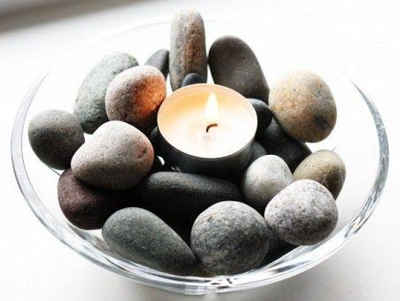 centro de mesa con piedras y velas