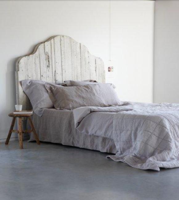 perfect een eenvoudig bed met een zelfgemaakt houten hoofdbord in een oosterse vorm voor de. Black Bedroom Furniture Sets. Home Design Ideas