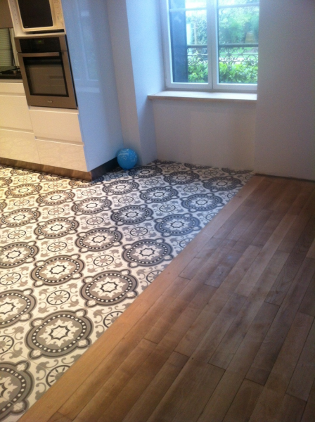 D limitation entre carrelage et parquet http www for Decoration maison avec tomettes