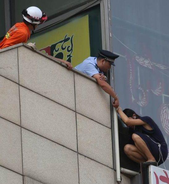 In Beijing legte ein Polizist einer Suizid gefährdeten Frau sich und ihr Handschellen an, um ihr Leben zu retten.