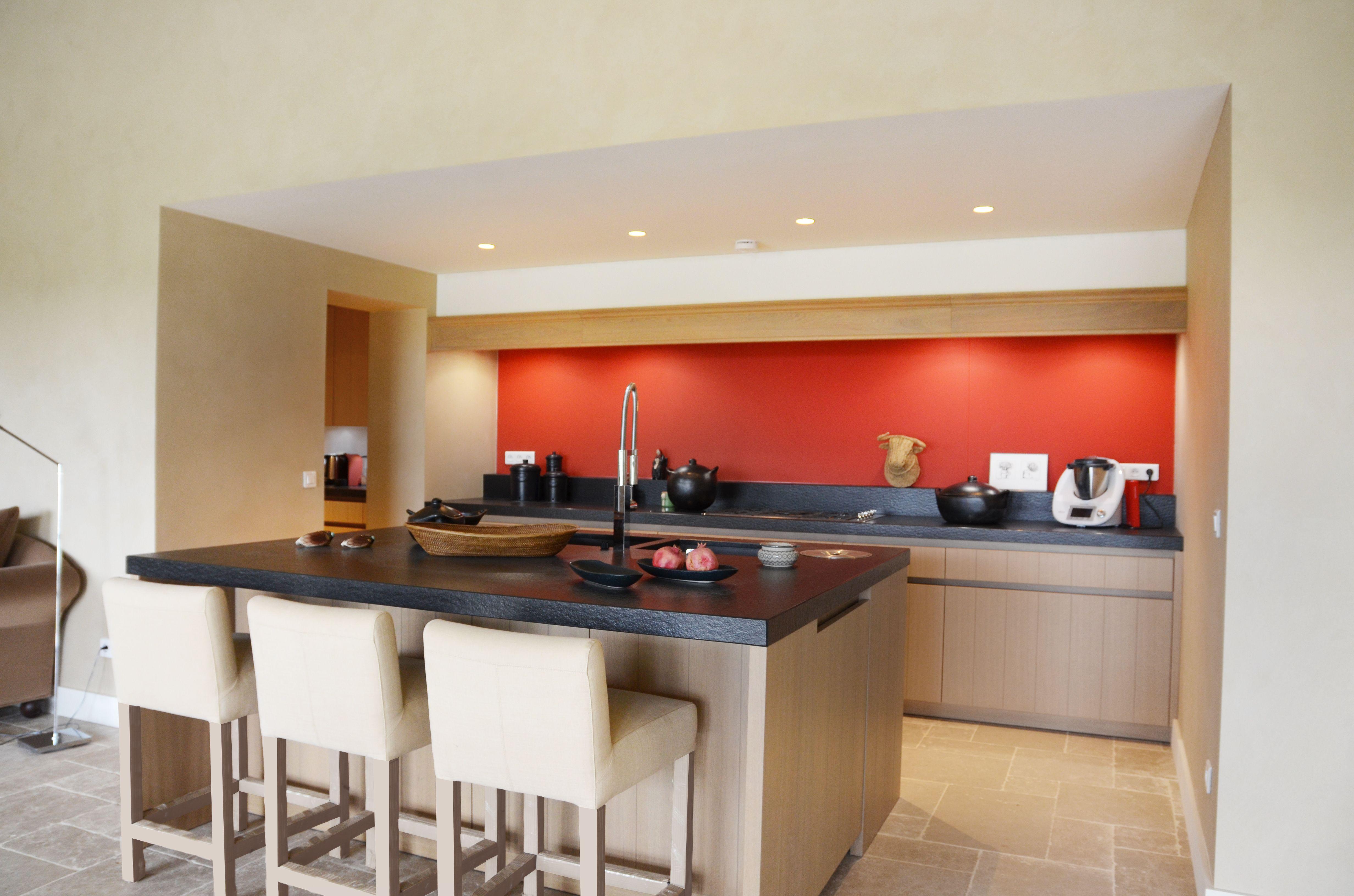 Credence Verre Ilot Central cuisine en bois mise en valeur par la crédence en verre
