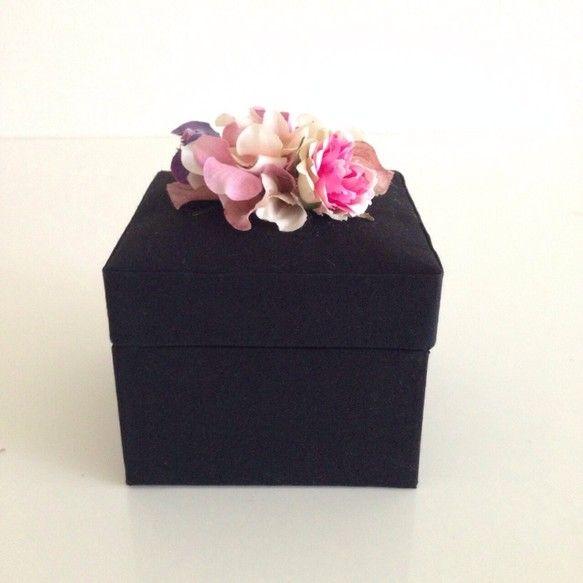 カルトナージュのスクエアBOXです♡蓋部分の取手は通常リボンが多いカルトナージュですが大人っぽいブラックのBOXにガーリーなお花にしました飾ってあるだけで可愛...|ハンドメイド、手作り、手仕事品の通販・販売・購入ならCreema。