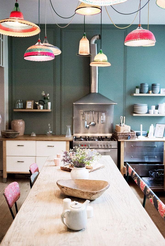suspensions color es et table en bois naturel pour le coin. Black Bedroom Furniture Sets. Home Design Ideas