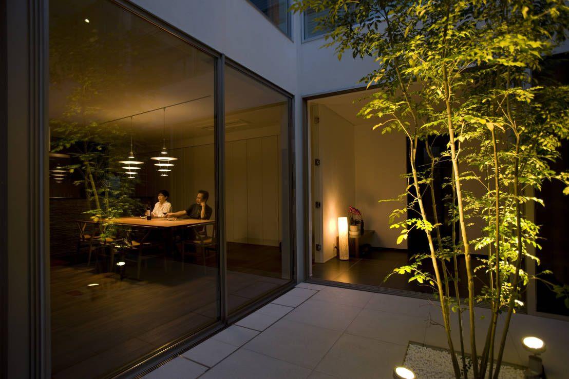 TERAJIMA ARCHITECTS の モダンな庭 夕景:ライトアップされたテラスを楽しむ