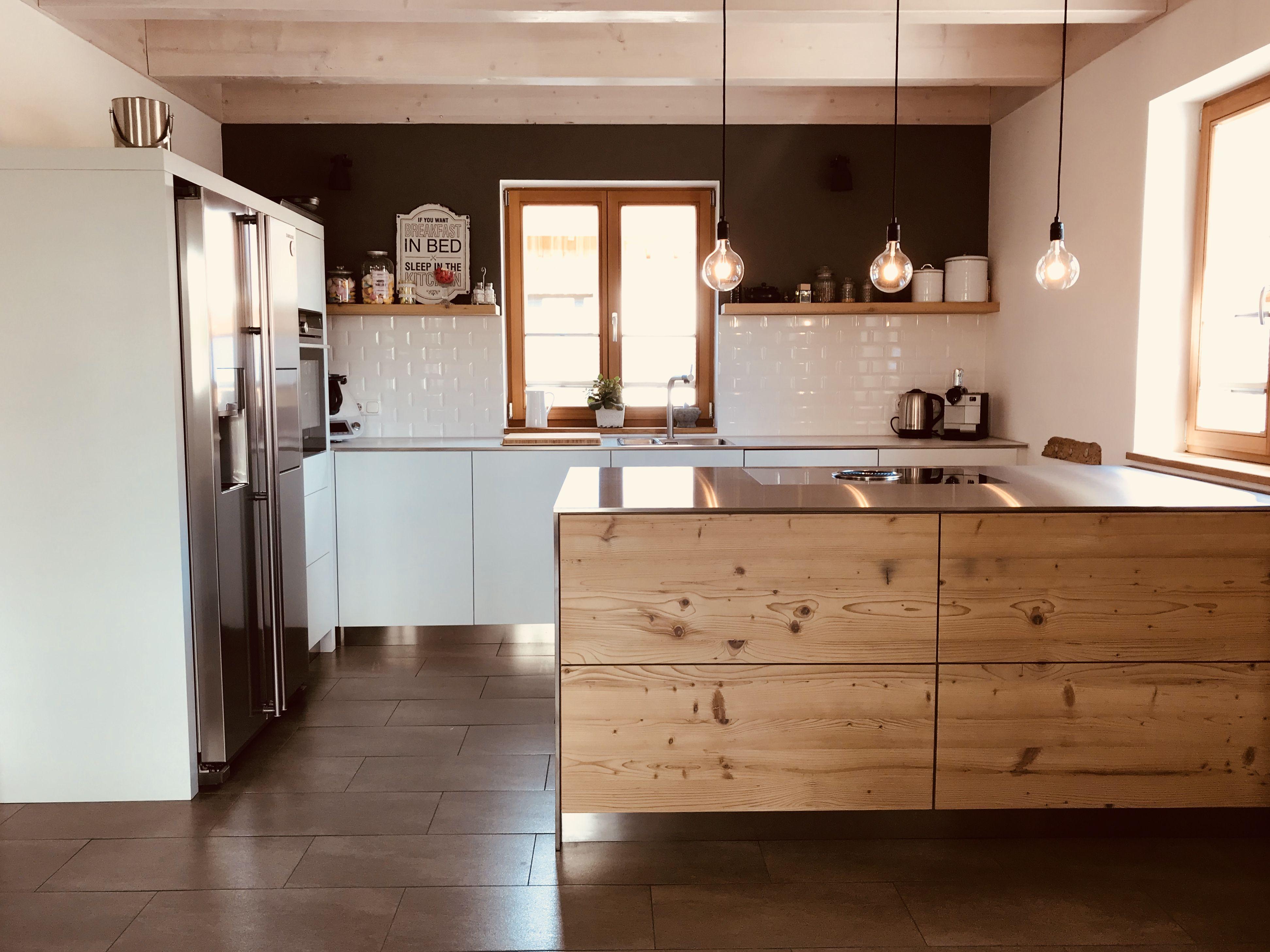 moderne Küche mit Metrofliesen, Naturholz & Edelstahl