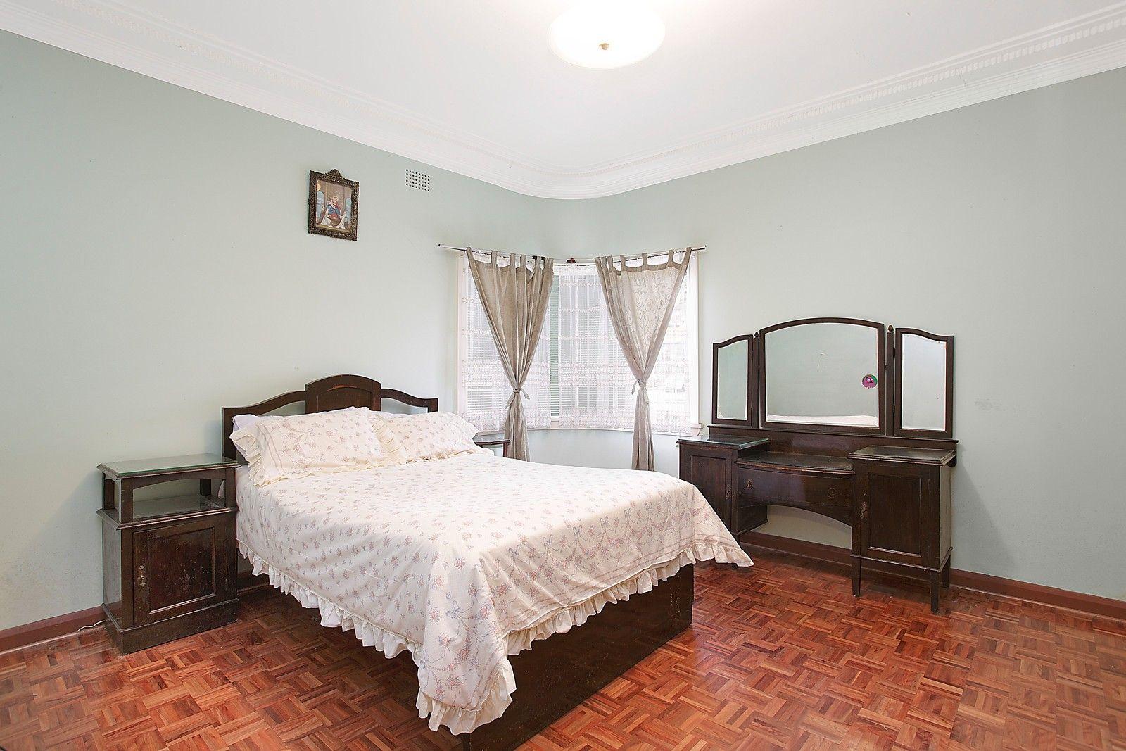 3 window bedroom  huge main bedroom curved window character family home huge