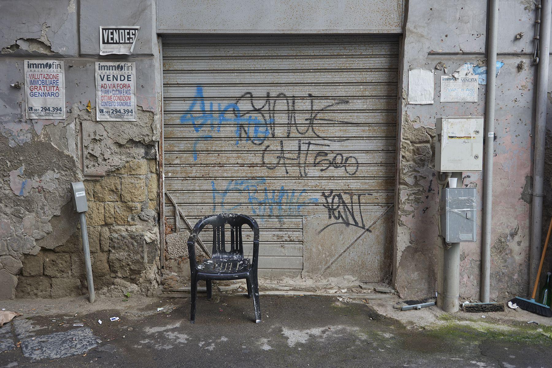 Callejón con silla