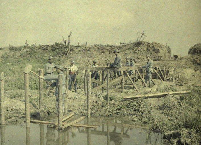 Строительство пешеходного моста. Деревня Boesighe. Бельгия. 1МВ. 10 сентября 1917 г.