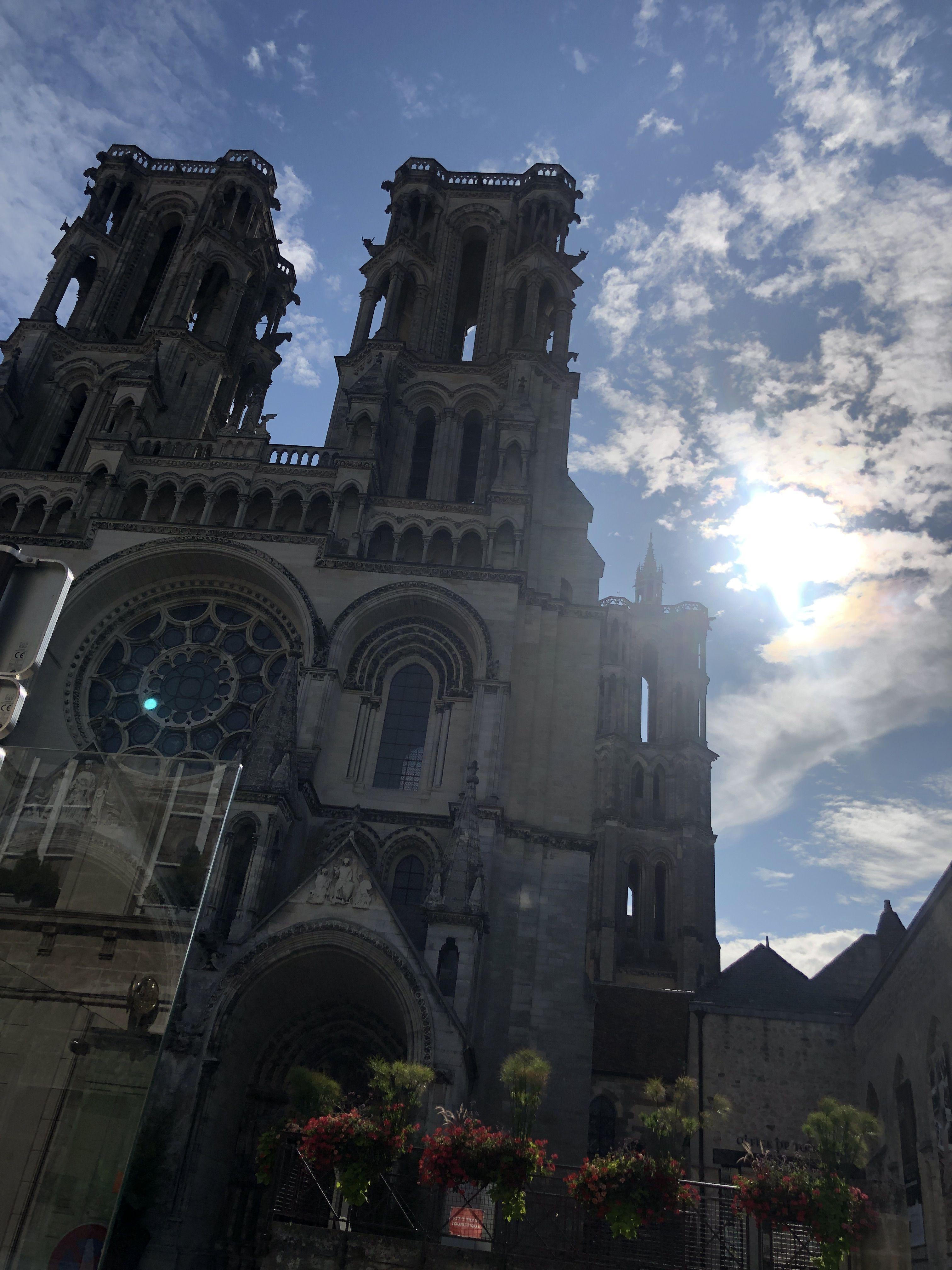 LAON, UNE JOLIE PRÉFECTURE CHARGÉE D'HISTOIRE