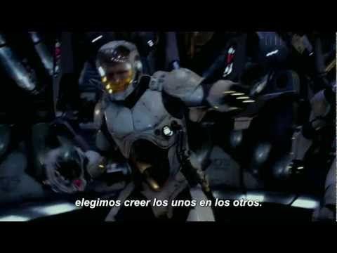 Pacific Rim    En este enlace Guillermo del Toro explica por qué GlaDOS de Valve es la voz robótica de la IA que se usa en la película y el trailer :)     In this link Guillemro del Toro explains why GlaDOS is the robotic voice that we hear in the trailer :)    http://kotaku.com/5951086/guillermo-del-toros-next-movie-has-a-little-glados-in-it
