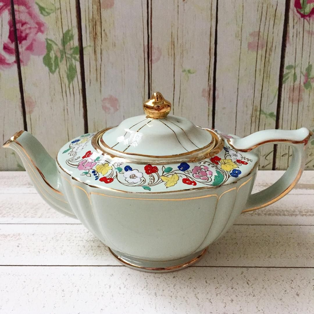 Sadler oval pale green floral teapot in very good condition. Idr 2.500