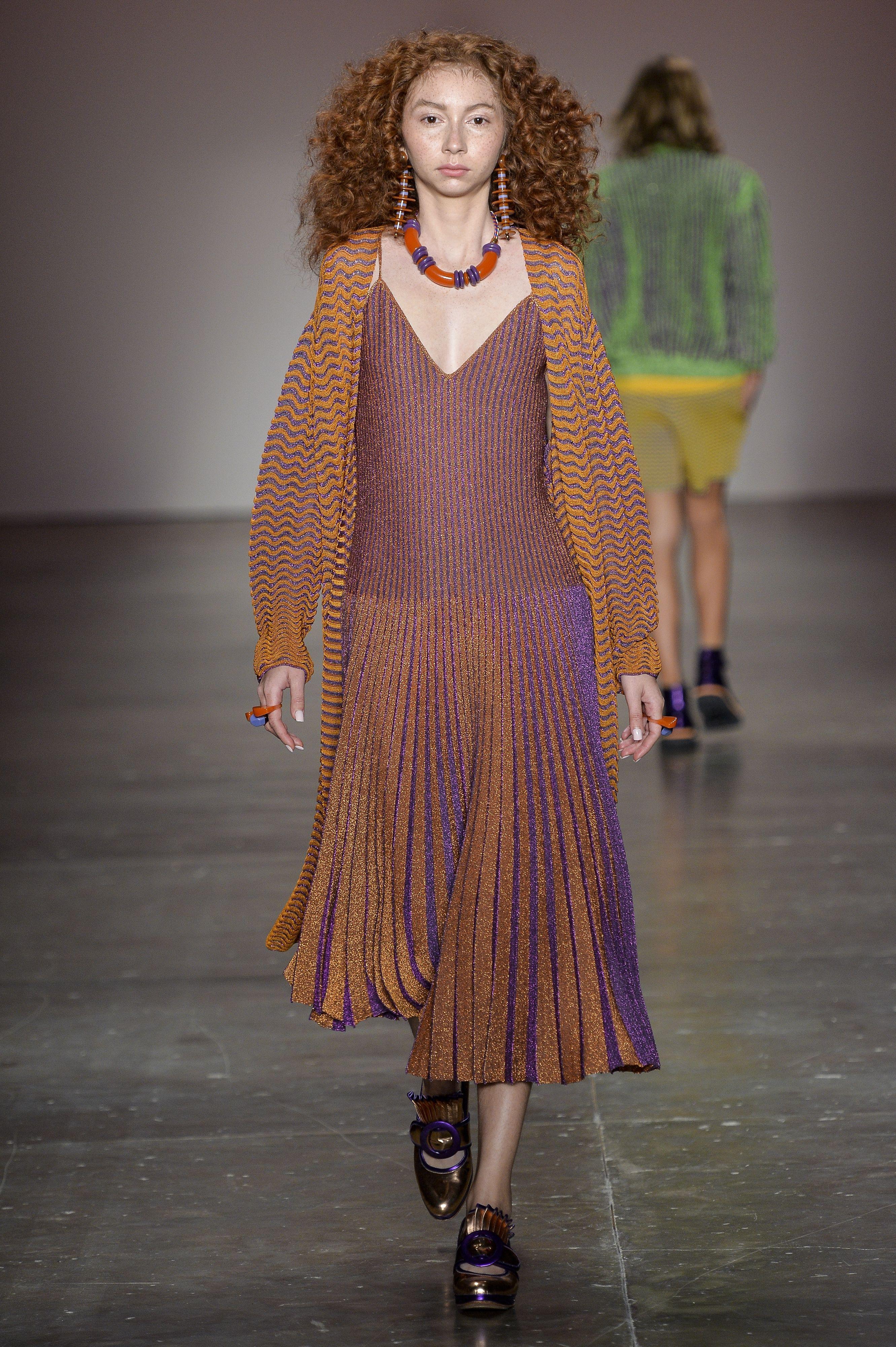 Vestido midi de tricô com lurex plissado roxo e dourado e cardigan em zig zag de tricô. Desfile GIG Couture no São Paulo Fashion Week. SPFW | VERÃO 2017