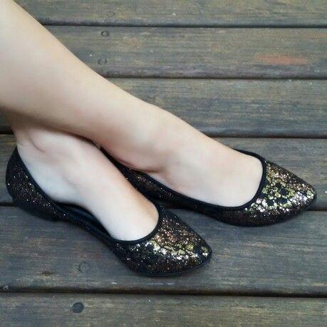 Sapatilha renda preta/dourada em tecido especial. Compre já: www.prigoncalves.com.br