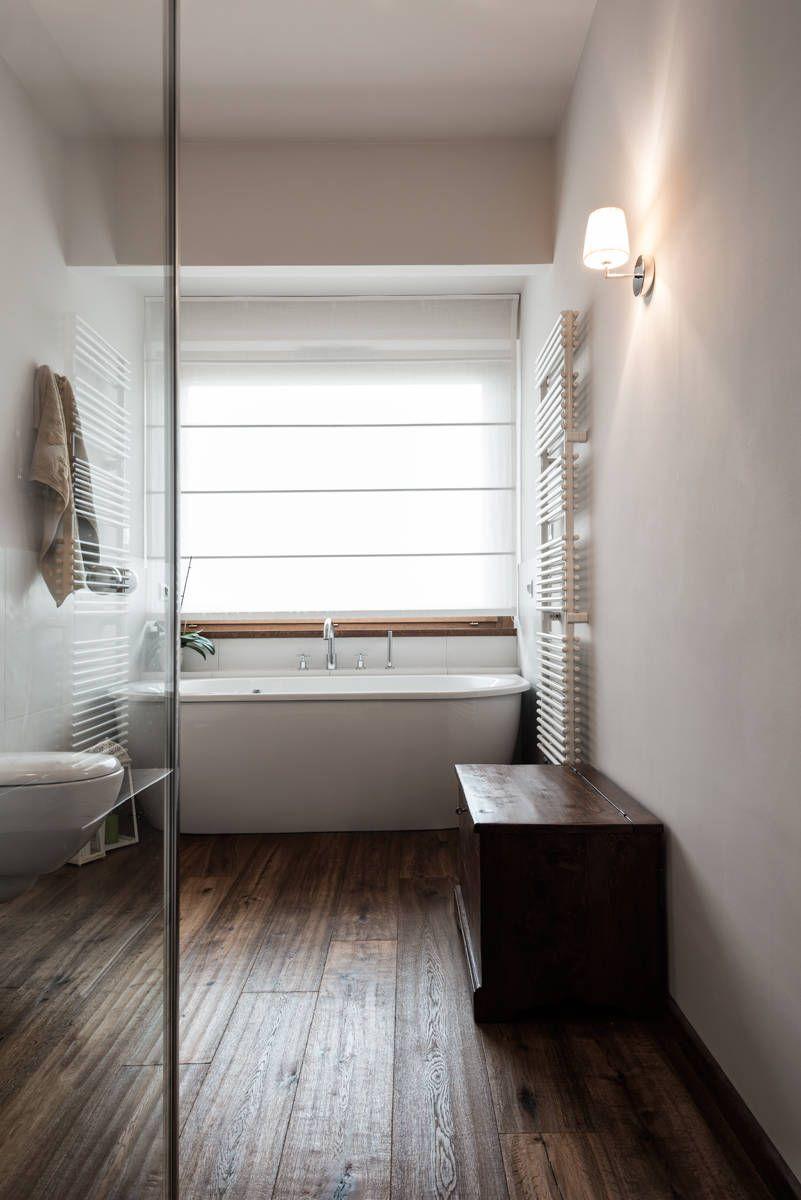 Vasca sotto finestra quadro bagno in stile classico di for Architetto d interni