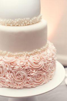 hermoso queque de boda en blanco y rosado pálido.