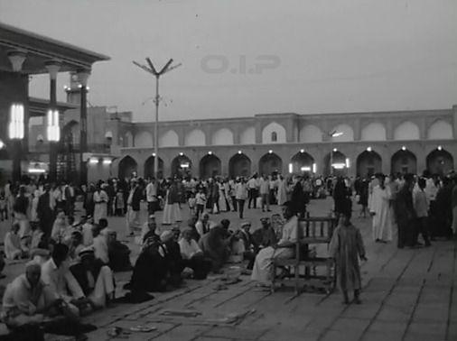العراق بغداد المصلين في انتظار نداء الصلاة في باحة مسجد ومرقد الامام موسى الكاظم في الكاظمية في ١٩٧٧ المصليتويتر Street View Scenes Baghdad