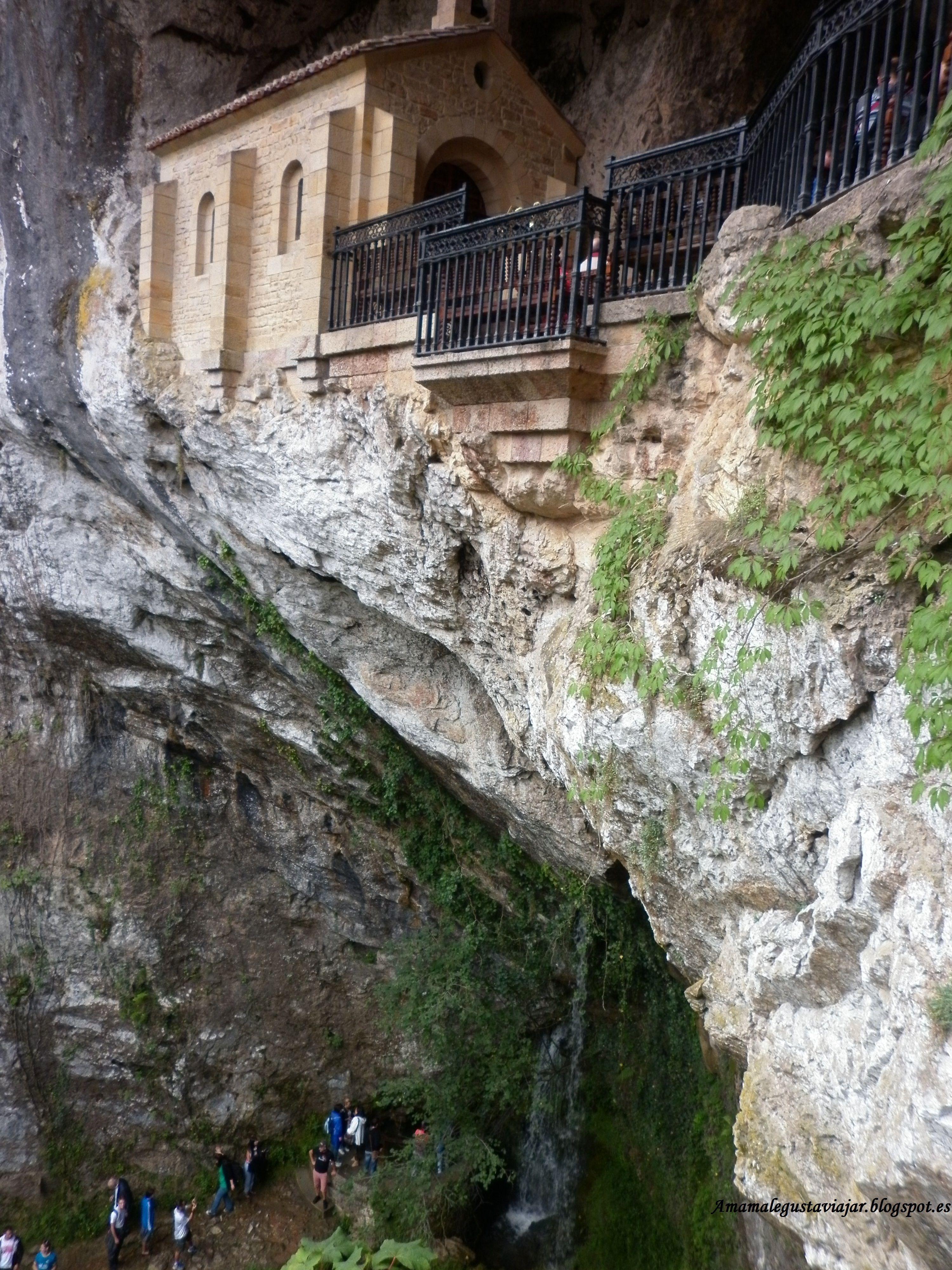 Ermita y cascada de la Virgen de Covadonga, patrona de Asturias.