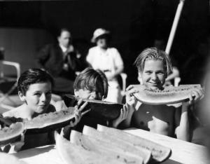 Mickey Rooney, en el centro de la imagen, come un trozo de sandía junto a otros actores infantiles, Freddie Bartolomé y Jackie Cooper