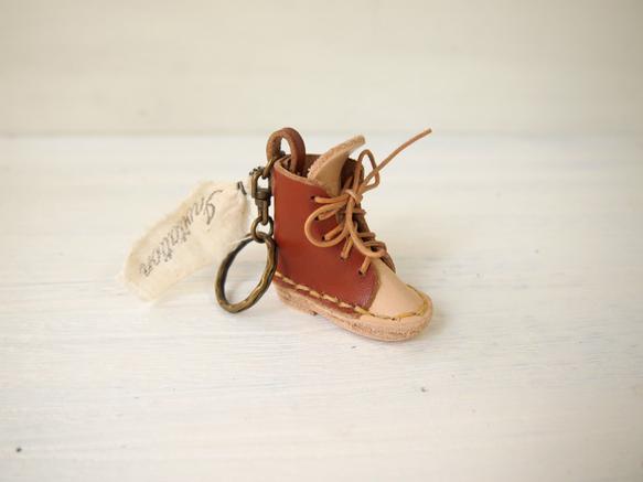 レザーで作ったブーツをキーホルダーにしました。横5cm  縦5cm|ハンドメイド、手作り、手仕事品の通販・販売・購入ならCreema。