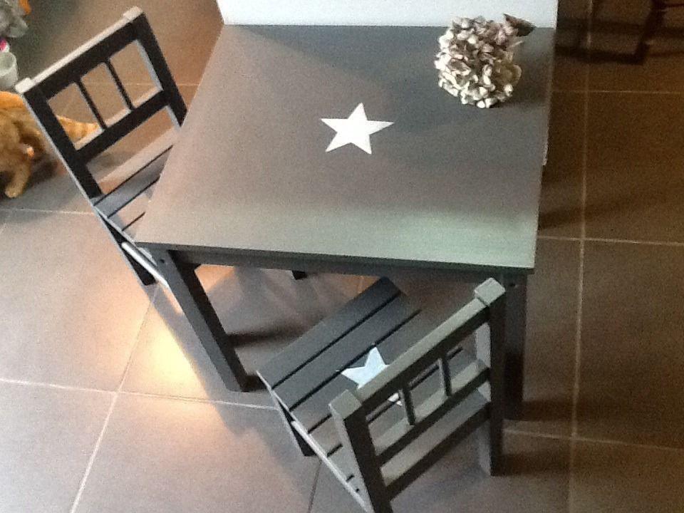 meubles ensemble table 2 chaises enfant en bois patin gris gustavien avec toiles chambre d. Black Bedroom Furniture Sets. Home Design Ideas