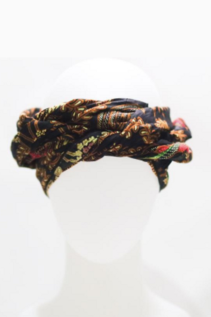 Can't be in Bali? No worries! With an authentic Balinese batik design, our Asli wrap is like taking a little piece of Bali everywhere you go.  Our lightweight head wraps are 100% cotton linen, one-of a-kind, and easy to use. Twist it, tie it, or tuck it and let your most bold and confident self shine through. Our head wraps compliment all hair types and can also be styled as a top. Each wrap is handmade so pattern and sizes could vary slightly.