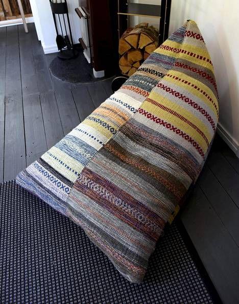 Väripilkkuina on värikkäitä tyynyjä.