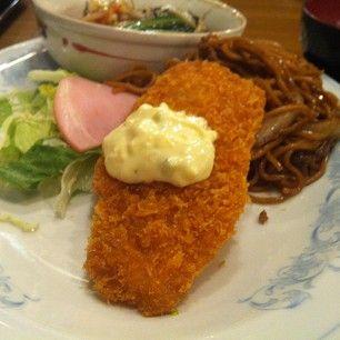 白身魚のフライ、野菜うま煮、上海焼きそば