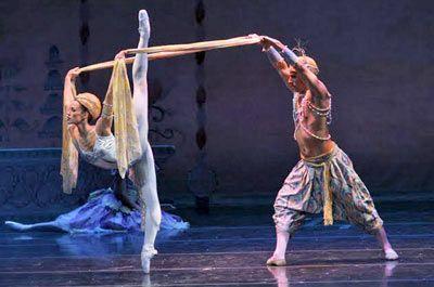 Joffrey Ballet Nutcracker The Joffrey Ballet S Nutcracker Review Classic Holiday Magic Joffrey Ballet Ballet Performances Nutcracker Ballet