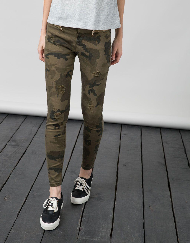 548b3cad97b37 Bershka Mexico - Pantalón BSK estampado camuflaje Pantalones Camuflados  Mujer