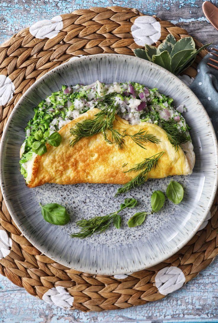 Das flauschigste Omelett mit Brokkoli, roten Zwiebeln, weißem Cheddar und Feta - SIMP ... -