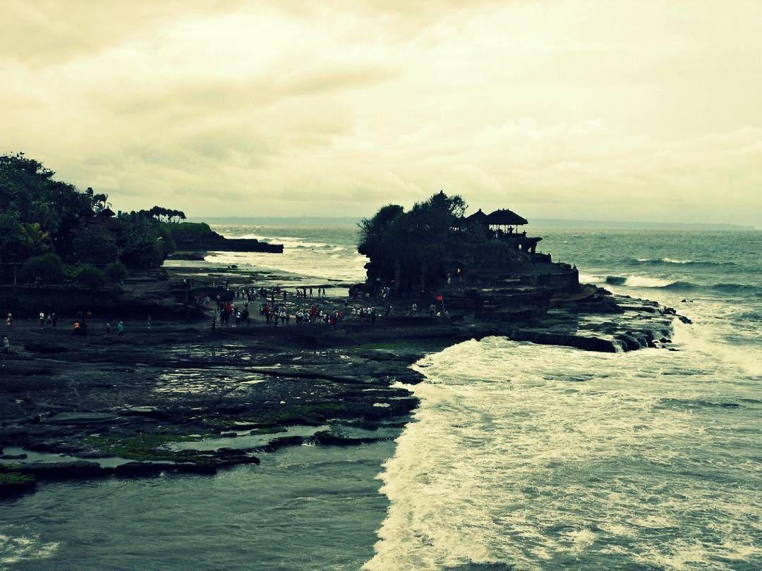 Tanah Lot... Dreamy and Dramatic! Take me back... My trip to Bali all on my blog!  #bestinbali #bali #wanderlust #tanahlot #baliguru #baliguideline  #baliadvisor #balilocal #backpacking #travelgram #traveltips #travel #adventure #islandlife #thebaliguru  #SouthAfrican #Durban #FoodingIt