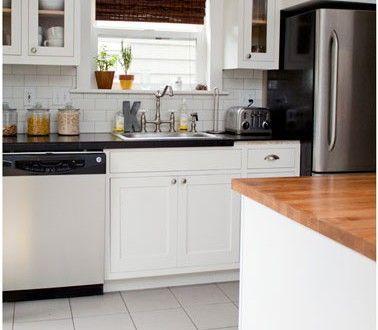 cuisine grise et blanc plan de travail noir carrelage mtro