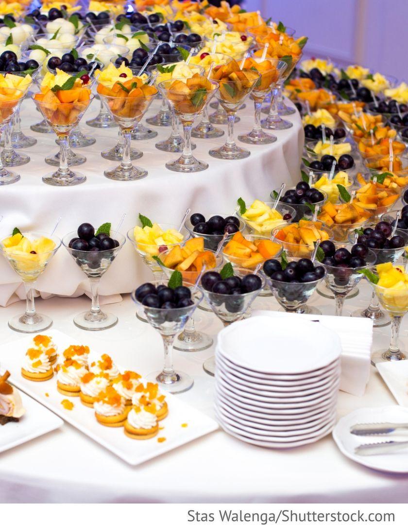 buffet mit frischen fr chten obst in gl sern f r hochzeit catering f r hochzeit pinterest. Black Bedroom Furniture Sets. Home Design Ideas