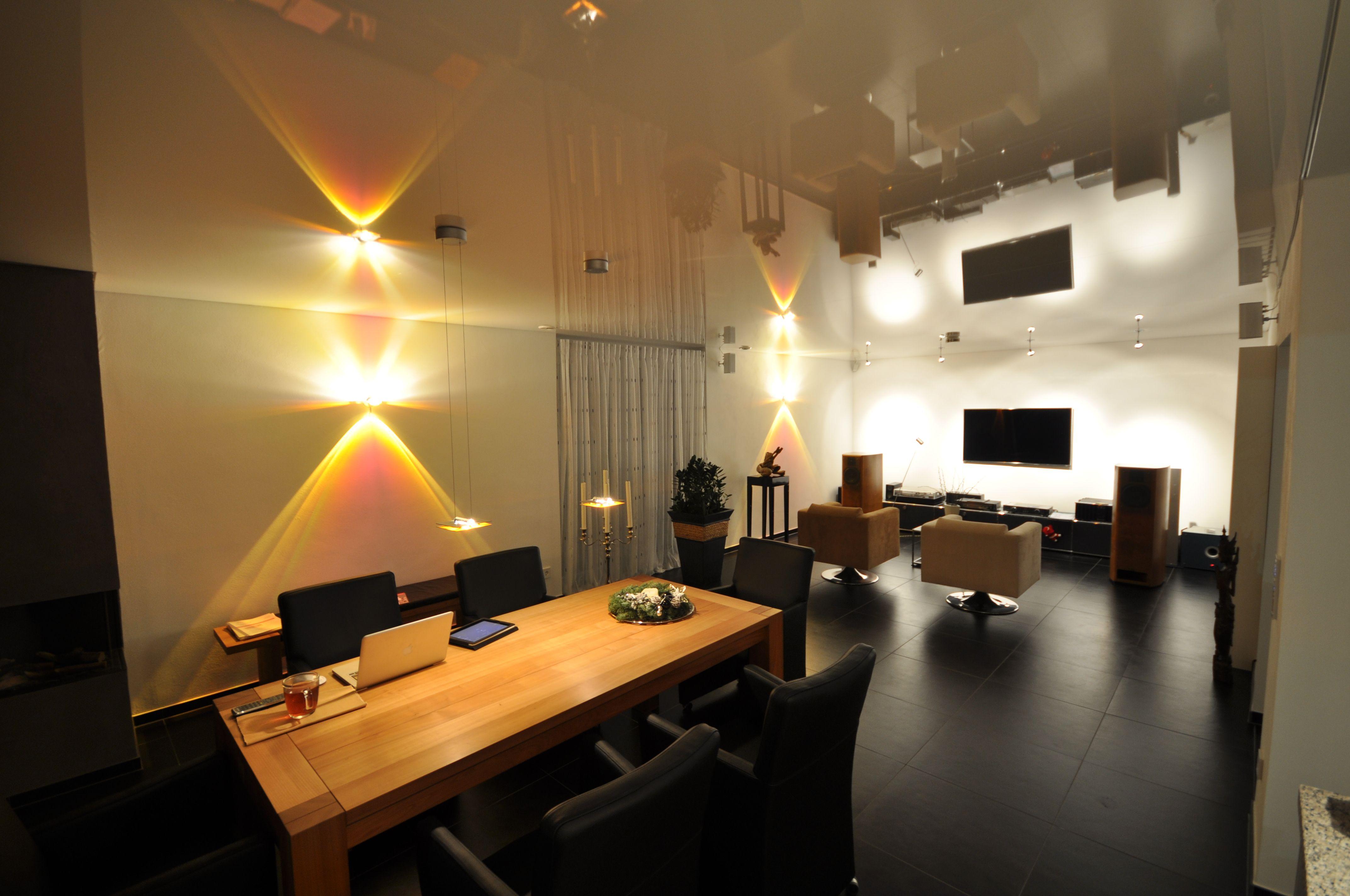 Spanndecke im wohnzimmer in wei hochglanz spanndecken for Moderne wohnzimmer beleuchtung