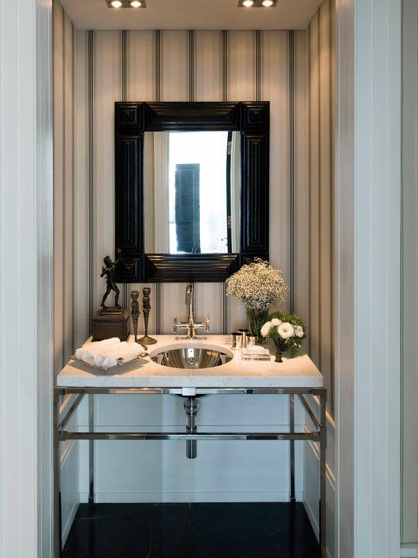 Baños pequeños con encanto   Rayas en la pared, Muebles de acero y ...